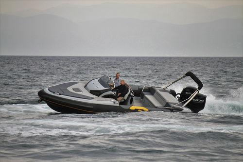 embarcación neumática fueraborda / bimotor / casco con peldaños / de deporte