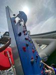 juego acuático muro de escalada