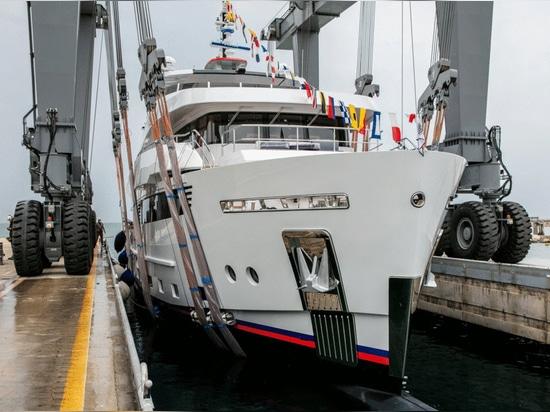 Cantiere Delle Marche lanza el yate explorador de 42 metros Crowbridge